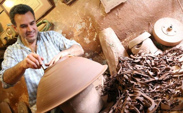 Pablo Tito logra el primer premio de cerámica tradicional en el Concurso Internacional de La Rambla.