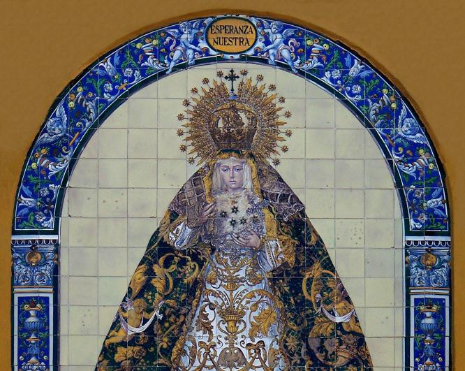 El retablo cerámico que preside el arco, protagonista de la Exposición del 425 Aniversario de la Hermandad de la Macarena.