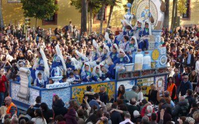 La Carroza de la Cerámica recorrió las calles de Sevilla acompañando a los Reyes Magos.