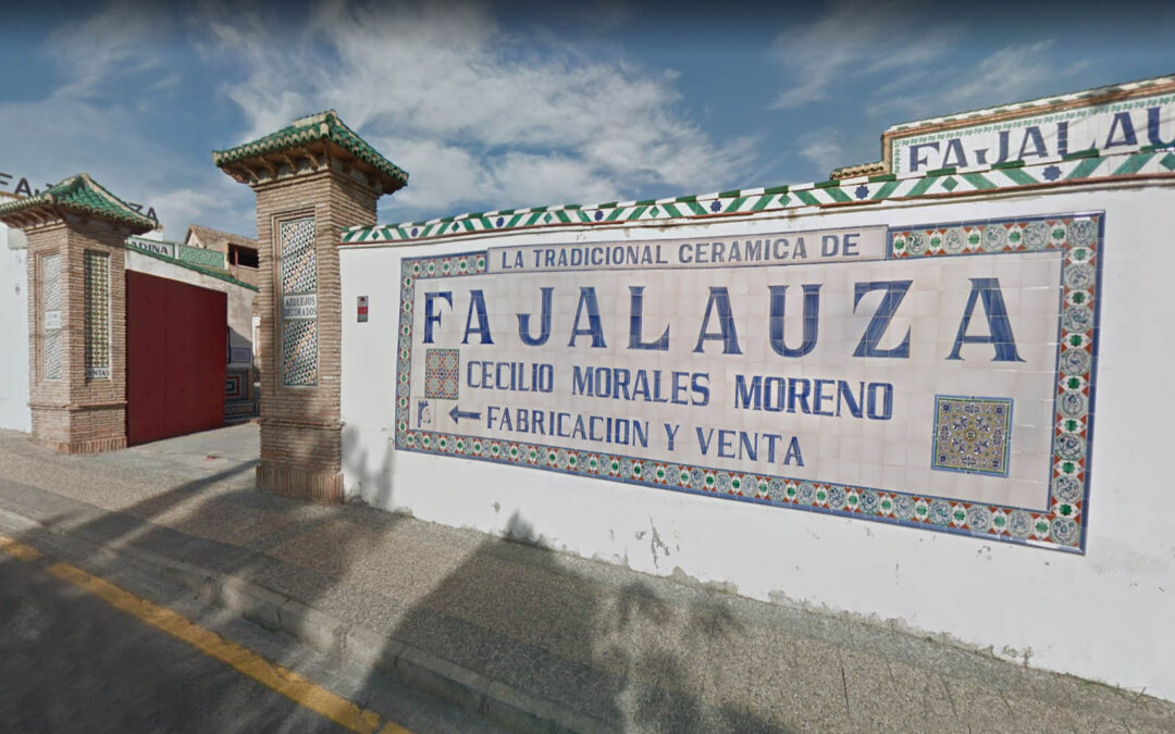 El Ayuntamiento de Granada y la Junta de Andalucía ha acordado impulsar la solicitud de declaración de la fábrica de Fajalauza como Bien de Interés Cultural.