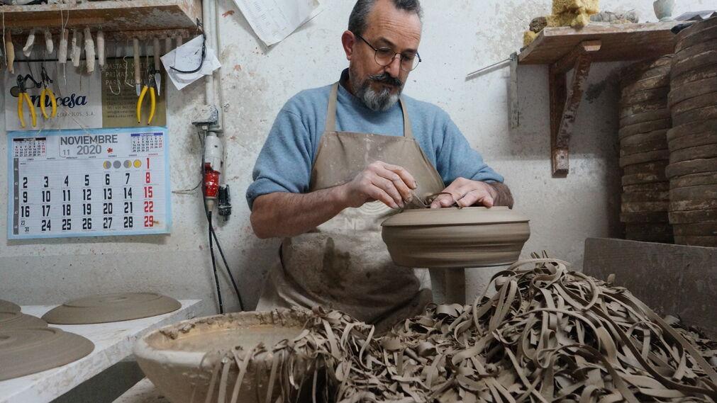 En el taller de Torres Ferreras, maestro alfarero de La Rambla y Premio Andaluz de Artesanía