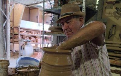 El alfarero que construyó en Arabia una réplica de Alhambra mantiene viva artesanía.